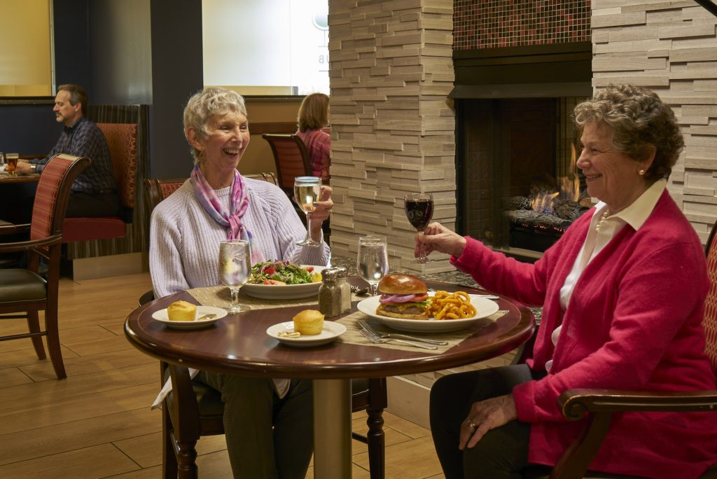 Carolina Meadow residents conversing over dinner at Carolina Meadows
